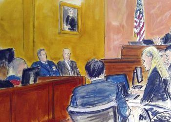 """Boceto del 4 de febrero de 2019 donde se ve al juez Brian Cogan mientras da instrucciones al jurado del juicio al narcotraficante mexicano Joaquín """"El Chapo"""" Guzmán, en Nueva York. Por Elizabeth Williams vía AP."""