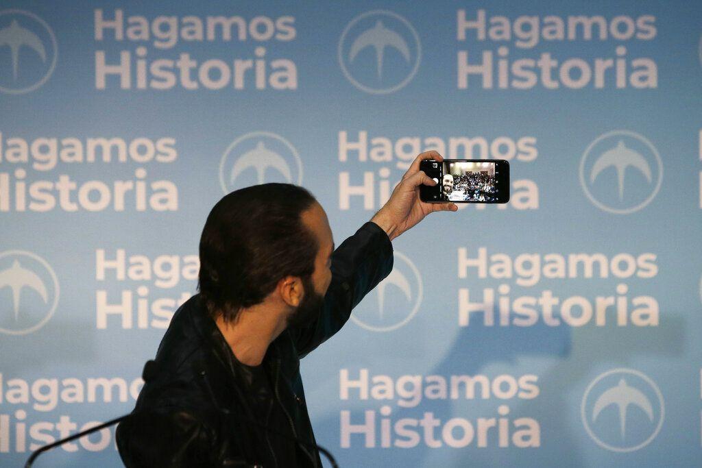 El candidato presidencial Nayib Bukele, de la derechista Gran Alianza para la Unidad Nacional (GANA), toma una selfie durante una conferencia de prensa en San Salvador, El Salvador, el domingo 3 de febrero de 2019. Foto: Moises Castillo / AP.