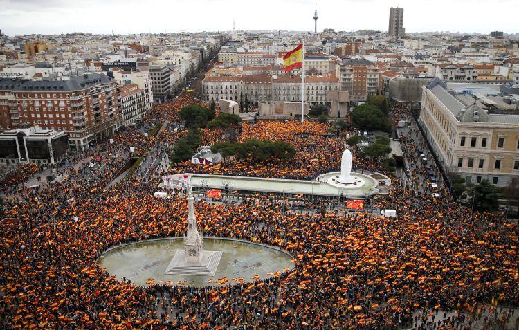 Miles de manifestantes ondean banderas españolas durante una protesta convocada por partidos de derechas en Madrid, el 10 de febrero de 2019, para pedir la dimisión del presidente del gobierno, Pedro Sánchez. (AP Foto/Andrea Comas)
