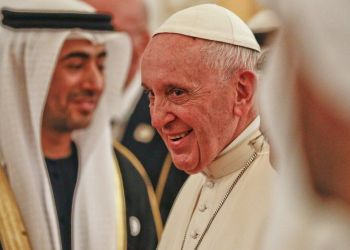 El papa Francisco durante su llegada al aeropuerto de Abu Dabi, en Emiratos Árabes Unidos, para el primer viaje papal de la historia a la región, cuna del islam. Foto: Andrew Medichini.