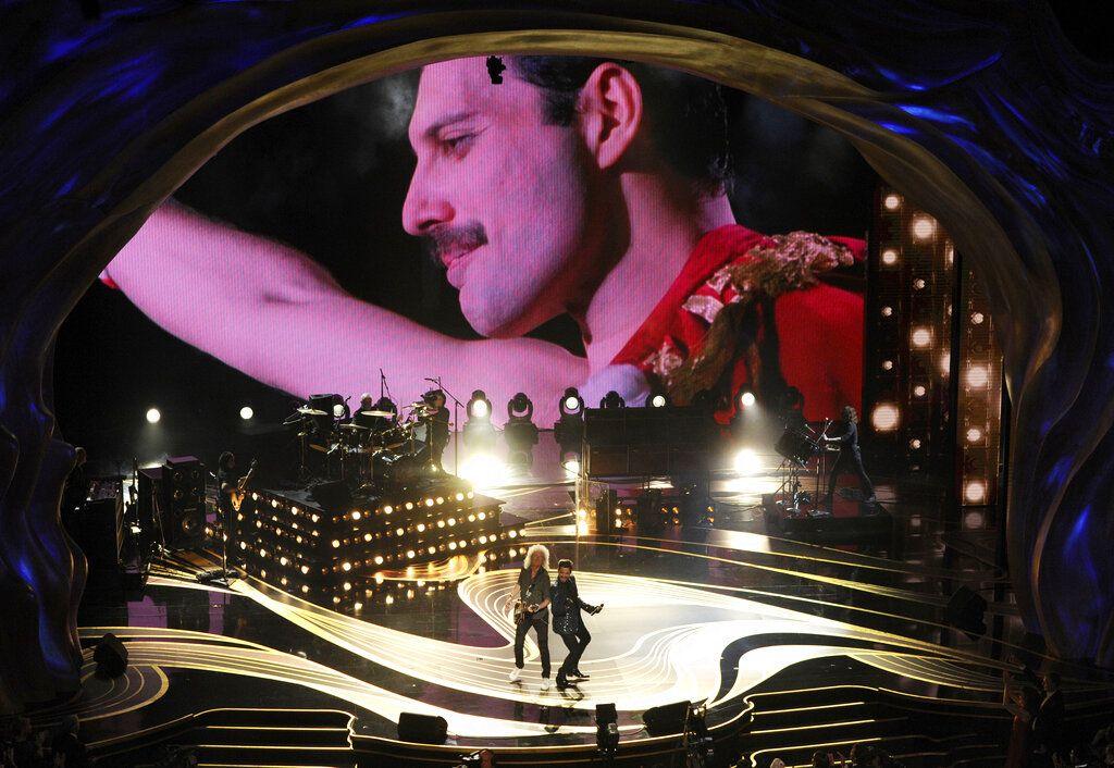 Una imagen de Freddie Mercury aparece en pantalla mientras Brian May, izuierda, y Adam Lambert de Queen interpretan un número musical en los Oscar Oscar en el Teatro Dolby de Los Angeles el 24 de febrero de 2019. (Foto Chris Pizzello/Invision/AP