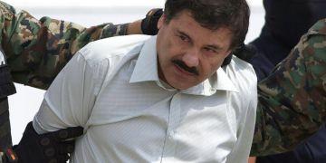 """Joaquín """"El Chapo"""" Guzmán, líder del cartel de Sinaloa, mientras es escoltado hacia un helicóptero en la ciudad de México tras su captura en Mazatlán, México. Foto: Eduardo Verdugo/AP."""