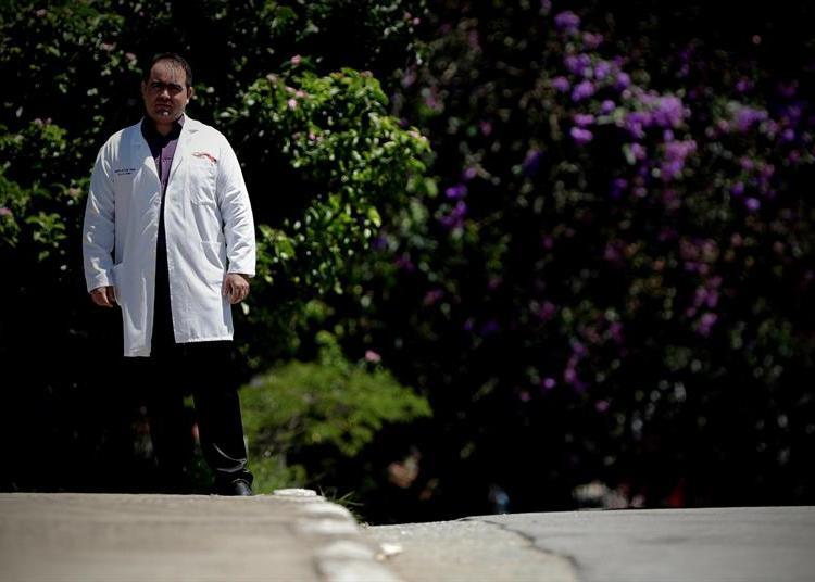 """El médico cubano Yennier Escobar, de 33 años, camina por las instalaciones de la Unidad Básica de Salud """"Nova Bom Sucesso"""", el lunes 28 de enero de 2019, en Guarulhos, estado de Sao Paulo. Foto: Fernando Bizerra Jr. / EFE."""