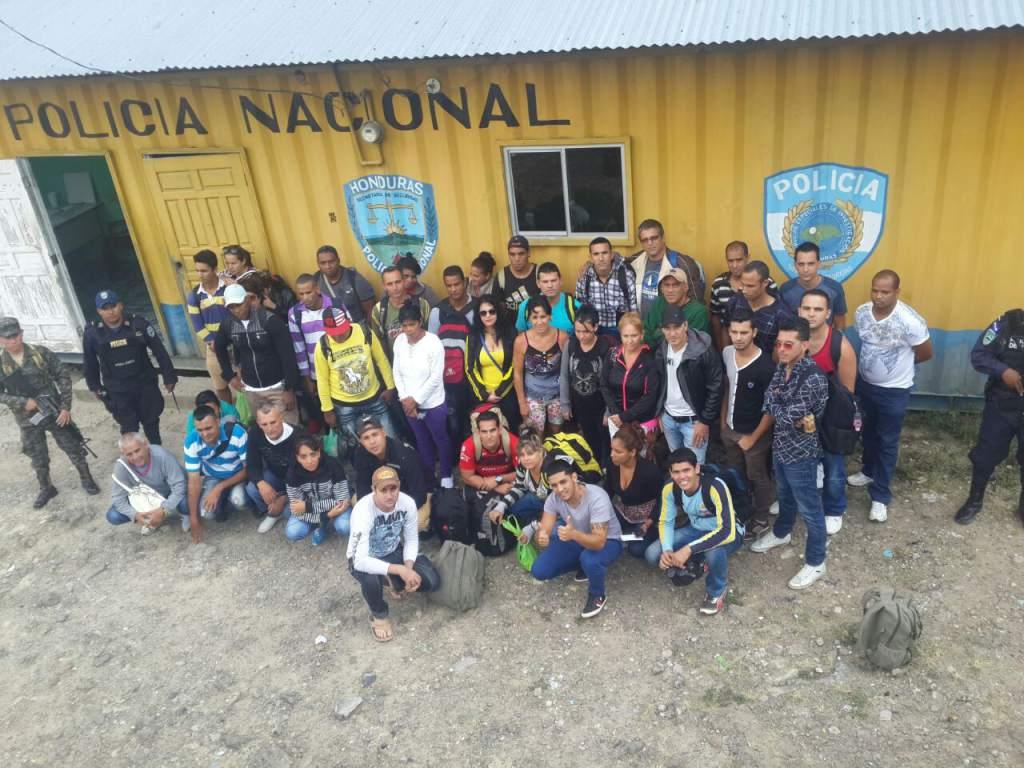 Migrantes cubanos detenidos en Honduras. Foto: La Prensa / Archivo.