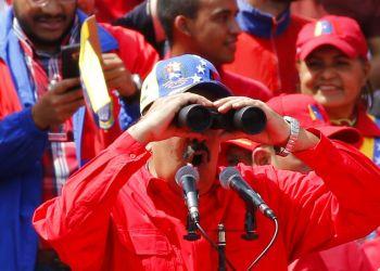 El presidente Nicolás Maduro ve a través de unos binoculares durante un acto del gobierno en Caracas, Venezuela, el sábado 2 de febrero de 2019. Foto: Ariana Cubillos / AP.