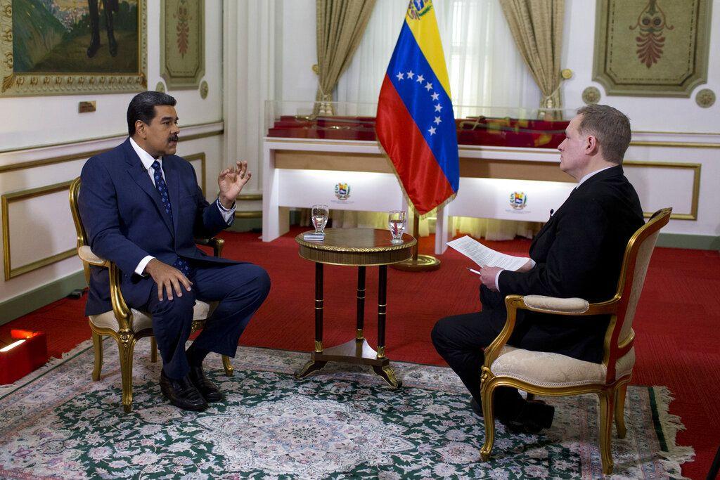 El presidente venezolano, Nicolás Maduro (izquierda), habla durante una entrevista con Ian Phillips, vicepresidente de noticias internacionales de The Associated Press, en el Palacio de Miraflores en Caracas, Venezuela, el jueves 14 de febrero de 2019. Foto: Ariana Cubillos / AP.