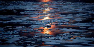 El sol de medianoche brilla a través del hielo marino en el Pasaje Noroccidental en el Archipiélago Ártico Canadiense en 2017. Foto: David Goldman / AP.