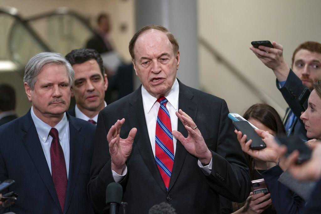 De izquierda a derecha, el senador John Hoeven, el representante Tom Graves y el senador Richard Shelby, todos republicanos, hablan con la prensa tras una reunión con funcionarios sobre el muro en la frontera con México, en el Capitolio en Washington, el miércoles 6 de febrero de 2019. (AP Foto/J. Scott Applewhite)