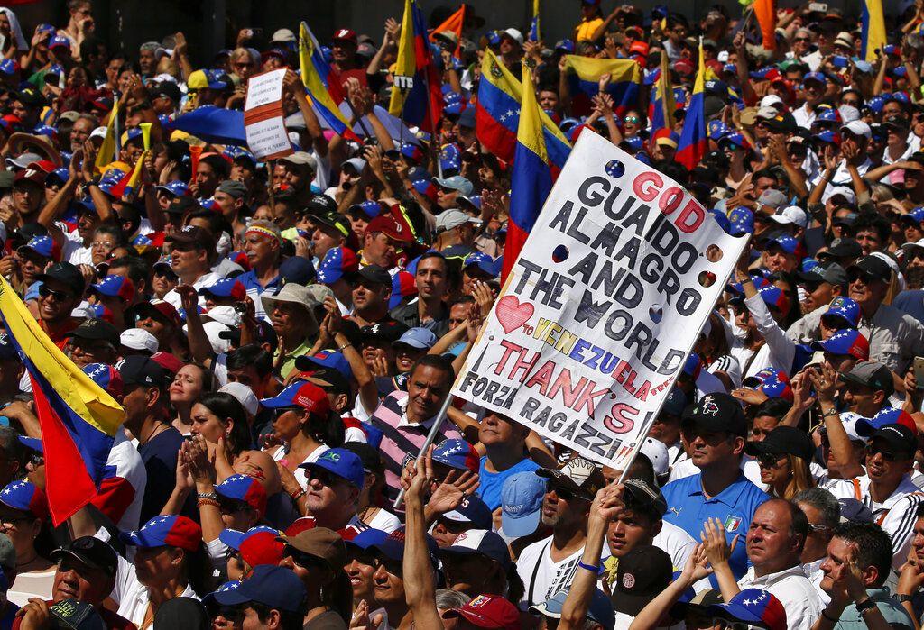 Manifestantes contra el gobierno de Nicolás Maduro en Caracas, sábado 2 de febrero de 2019. Foto: Fernando Llano / AP.