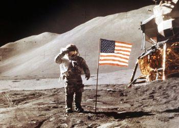 En esta imagen de archivo, tomada el 30 de julio de 1971 y distribuida por la NASA, el piloto del módulo lunar del Apollo 15, James B. Irwin, salida de pie junto a la cuarta bandera estadounidense colocada sobre la superficie de la Luna. Foto: NASA vía AP.