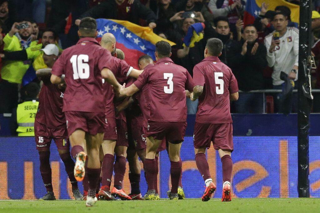 Los jugadores de Venezuela festejan un gol en el partido amistoso ante Argentina en Madrid, el viernes 22 de marzo de 2019. (AP Foto/Bernat Armangue)
