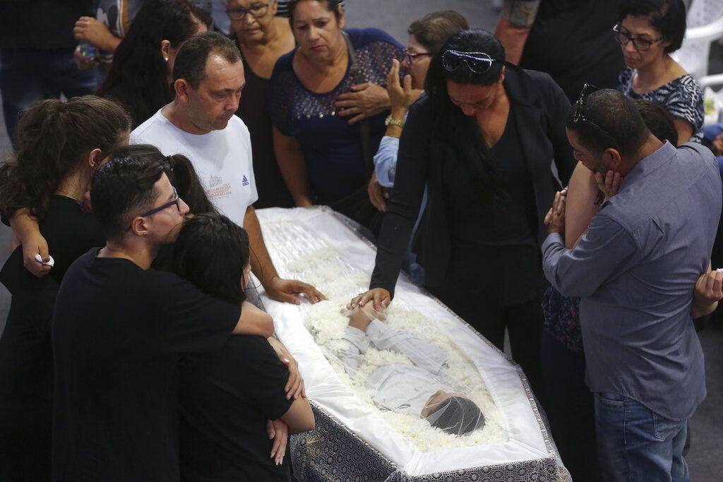 Familiares lloran a Caio Oliveira, víctima de la matanza en la Escuela Estatal Raul Brasil durante un velorio colectivo en Suzano, gran Sao Paulo, Brasil, jueves 14 de marzo de 2019. Foto: Andre Penner / AP.