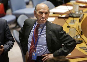 El enviado especial de Estados Unidos a Venezuela, Elliott Abrams, contempla la sala antes de la reunión del Consejo de Seguridad en la sede de la ONU, 28 de febrero de 2019. Estados Unidos sancionó el viernes 1 de marzo de 2019 a cuatro generales y dos jefes policiales venezolanos a los que acusó de impedir el ingreso de ayuda humanitaria a su país. (AP Foto/Seth Wenig)