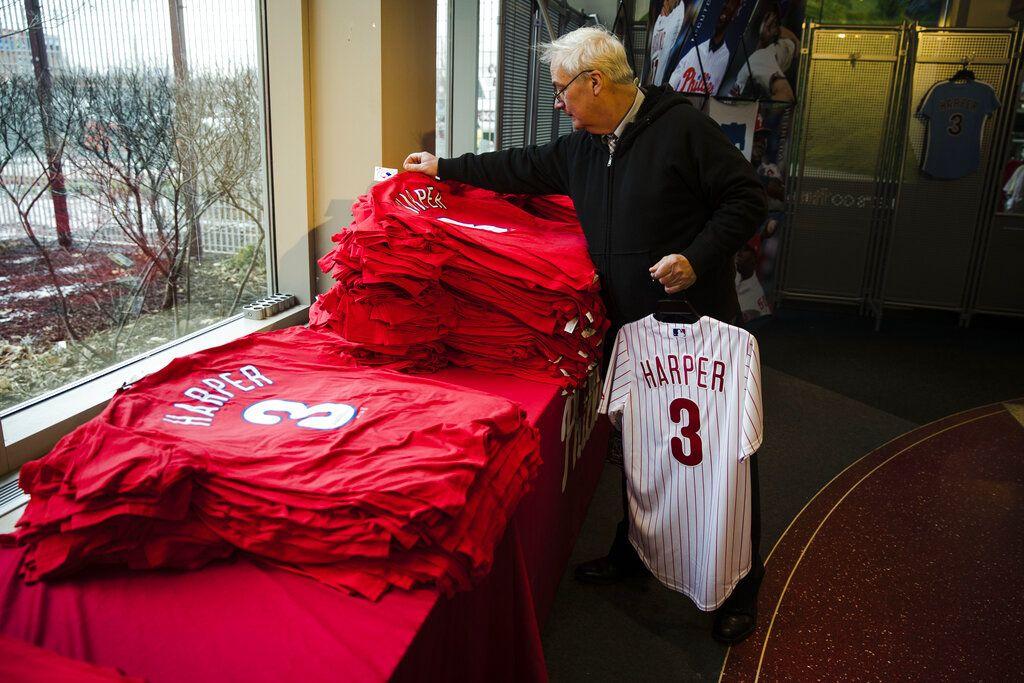 Mike Dorsch de compras por mercancía de Bryce Harper de los Filis de Filadelfia en el estadio del equipo, el lunes 4 de marzo de 2019. (AP Foto/Matt Rourke)