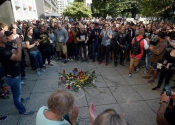 Neonazis alemanes reunidos en el sitio donde murió asesinado un joven de 35 años. Foto: EFE.