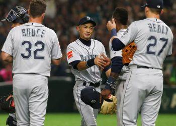 Ichiro Suzuki (centro) de los Marineros de Seattle recibe el saludo de sus compañeros tras ser reemplazado en el cuarto inning del juego ante los Atléticos de Oakland, el miércoles 20 de marzo de 2019, en Tokio. Foto: Toru Takahashi / AP.