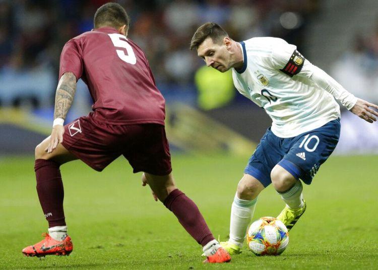 El delantero argentino Lionel Messi (derecha) domina el balón ante la marca del venezolano Junior Moreno durante un partido amistos en Madrid, España, el viernes 22 de marzo de 2019. Foto: Bernat Armangue / AP.