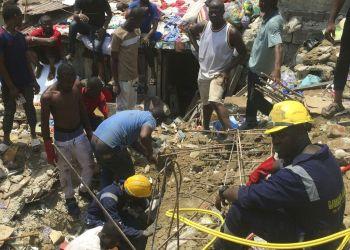 Socorristas y residentes locales excavan en el sitio del desplome de una escuela en un barrio densamente poblado en Lagos, Nigeria, el miércoles, 13 de marzo del 2019. Foto: Sunday Alamba / AP.