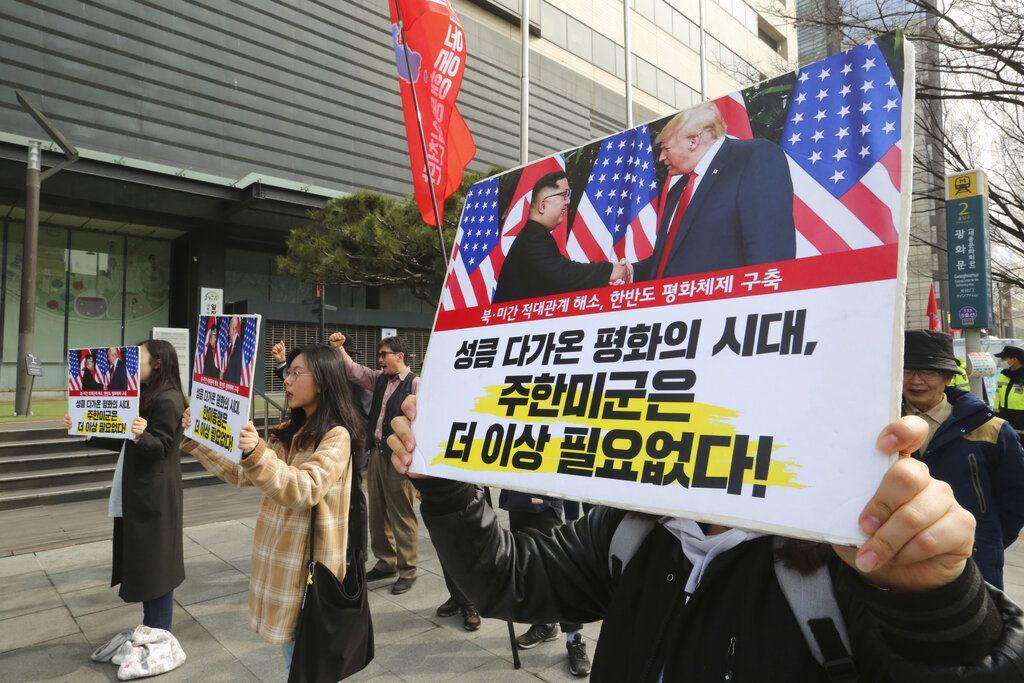 Manifestantes surcoreanos con pancartas que muestran fotos del presidente Donald Trump y del líder norcoreano Kim Jong Un durante una manifestación en Seúl, Corea del Sur, para denunciar las políticas de Washington sobre Corea del Norte. Foto: Ahn Young-joon / AP.