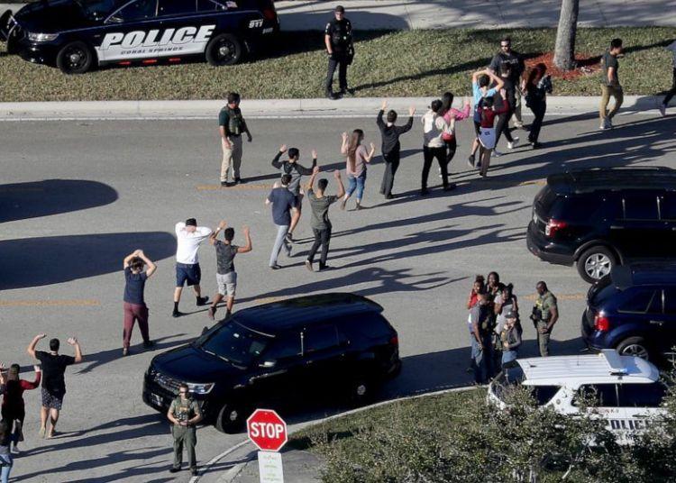 Alumnos son evacuados de su escuela en Parkland luego del tiroteo. Foto: AP.