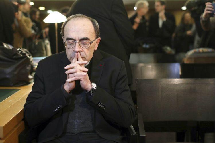 En esta imagen de archivo, tomada el 7 de enero de 2019, el cardenal francés Philippe Barbarin espera el inicio de su juicio en el tribunal de Lyon, en el centro de Francia. (AP Foto/Laurent Cipriani, archivo)