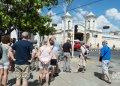 Turistas en el Paseo del Prado de Cienfuegos. Foto: Otmaro Rodríguez.