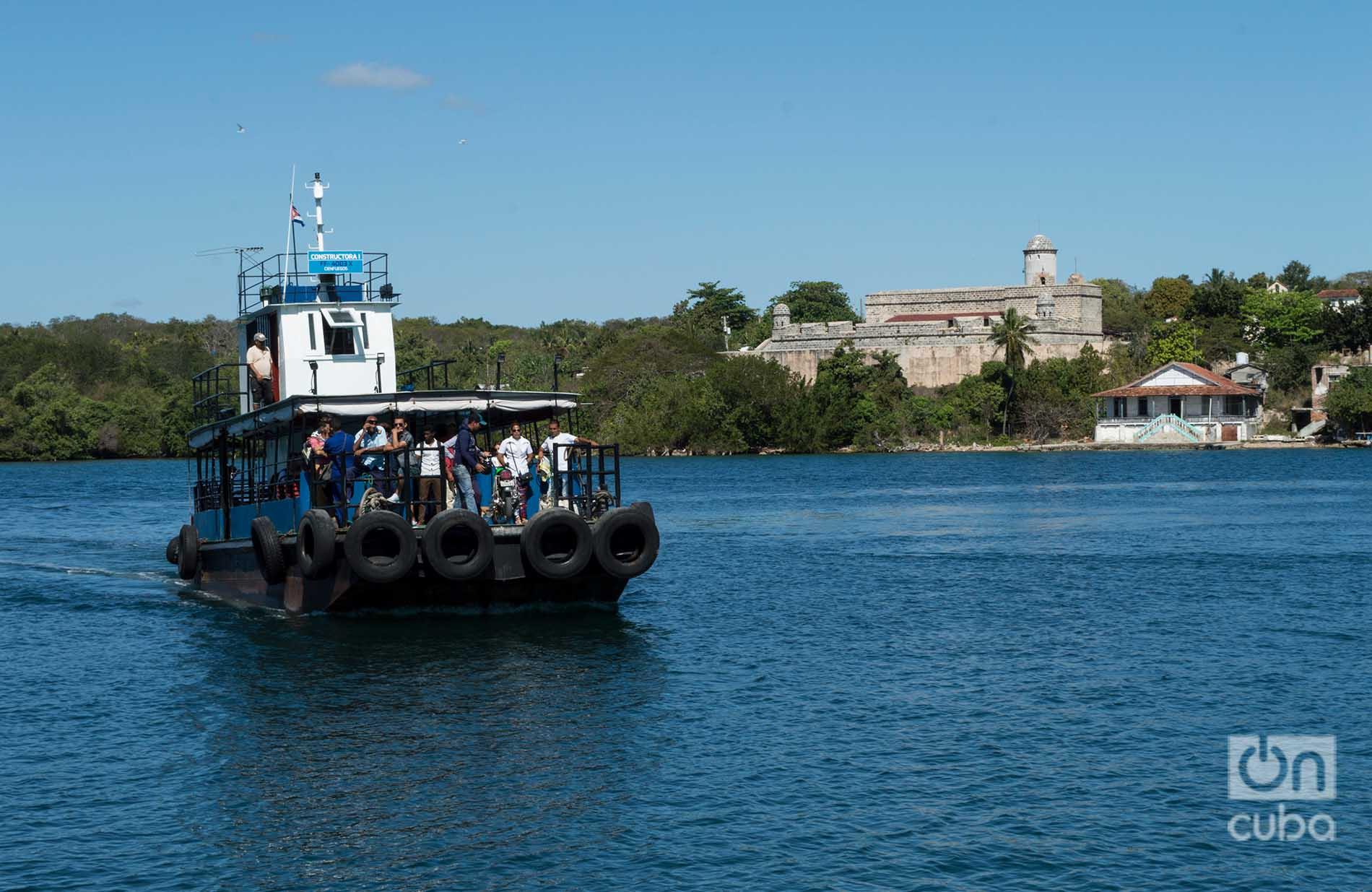 Una de las embarcaciones para pasajeros que surca la bahía de Cienfuegos. Detrás, el Castillo de Jagua. Foto: Otmaro Rodríguez