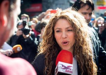 """Shakira atiende a los medios en marzo pasado a su salida del Juzgado de lo Mercantil número 12 de Madrid, tras declarar en el inicio de la vista por la demanda presentada por el cantante cubano Liván Castellano Valdés por supuesto plagio de la canción """"La bicicleta"""". Foto: Luca Piergiovanni / EFE."""