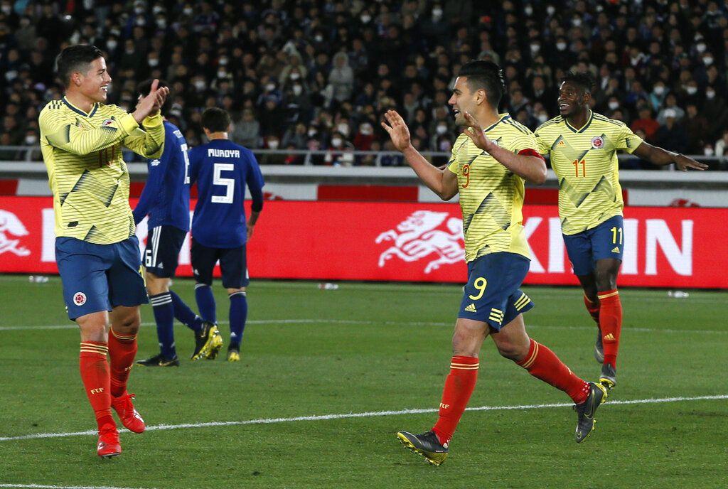 El delantero colombiano Radamel Falcao (segundo a la derecha) festeja con su compañero James Rodríguez tras anotar un gol de penal en un amistoso ante Japón, el viernes 22 de marzo de 2019, en Yokohama, Japón. Foto: Shuji Kajiyama / AP.