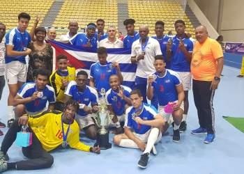 Los cubanos posan con el trofeo de monarcas regionales en Santo Domingo, donde obtuvieron el boleto al Mundial de Naciones Emergentes. Foto: Tomada del Facebook de Luis Enrique Delisle