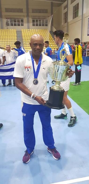 El entrenador cubano Luis Enrique Delisle con el trofeo de campeón. Foto: Tomada del Facebook de Luis Enrique Delisle