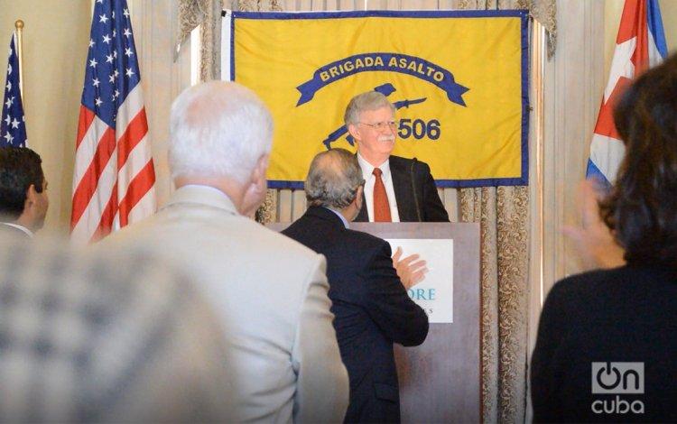 El asesor de seguridad de Trump, John Bolton, el pasado 17 de abril en Miami, en el momento en que anuncia la aplicación del Título III de la Ley Helms-Burton, recibió sostenidos aplausos durante en encuentro con exiliados cubano-americanos y veteranos de la Brigada de Asalto 2506. Foto: Marita Pérez Díaz.