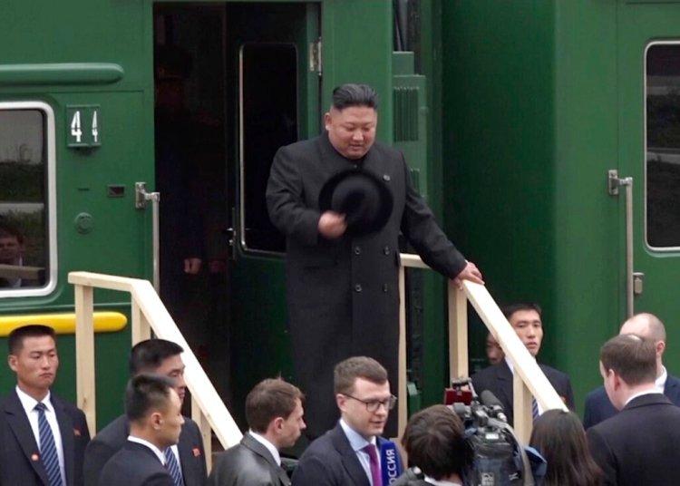 En esta imagen, tomada de un video distribuido por la oficina de prensa de la región de Primorsky, el líder de Corea del Norte, Kim Jong Un, baja de un tren a su llegada a la estación de Khasan, en la región de Primorye, Rusia, el 24 de abril de 2019. Fuente: Oficina de prensa de la región de Primorsky vía AP.