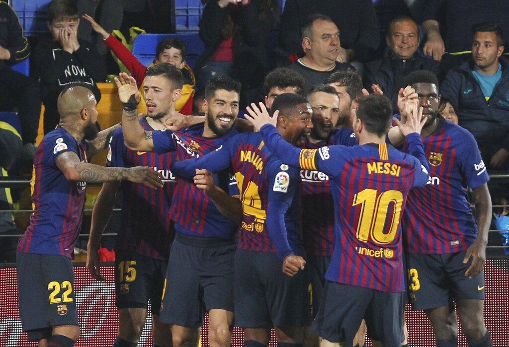 El delantero del Barcelona Luis Suárez festeja con sus compañeros tras anotar el gol que decretó el empate 4-4 ante de visita al Villarreal por la Liga de España, el martes 2 de abril de 2019. Foto: Alberto Saiz / AP.