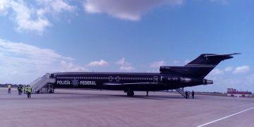 Avión de la Policía Federal Mexicana que trajo a Cuba un grupo de más de 50 migrantes deportados, el 5 de abril de 2019. Foto: Prensa Latina / Twitter / Archivo.