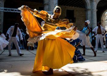 """Companía Ban-Rará en el Festival Internacional de Danza en Paisajes Urbanos """"Habana Vieja: Ciudad en Movimiento"""" 2019. Foto: Otmaro Rodríguez."""