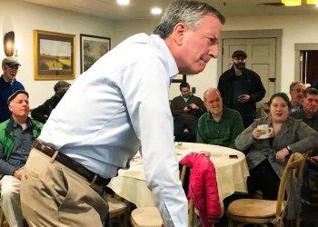 Alcalde neoyorquino Bill de Blasio en un restaurante en Concord, Nueva Hampshire, el 17 de marzo de 2019 . Foto: Hunter Woodall / AP.