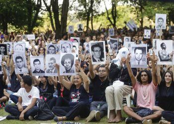 Manifestantes muestras fotografías de personas que fueron asesinadas durante la última dictadura brasileña, en una protesta en Sao Paulo, Brasil, el domingo 31 de marzo de 2019. Foto: Andre Penner / AP.