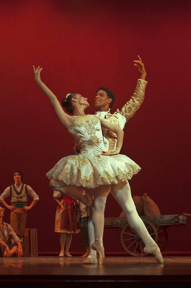 Laura Rodríguez y Carlos Acosta en el pas de deux de Don Quijote. Foto: Yuris Nórido/ Acosta Danza.