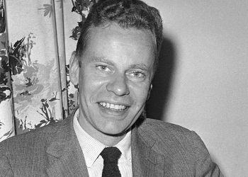 En esta foto del 14 de octubre de 1959, Charles Van Doren en el hotel Roosevelt en Nueva York. Foto: AP.