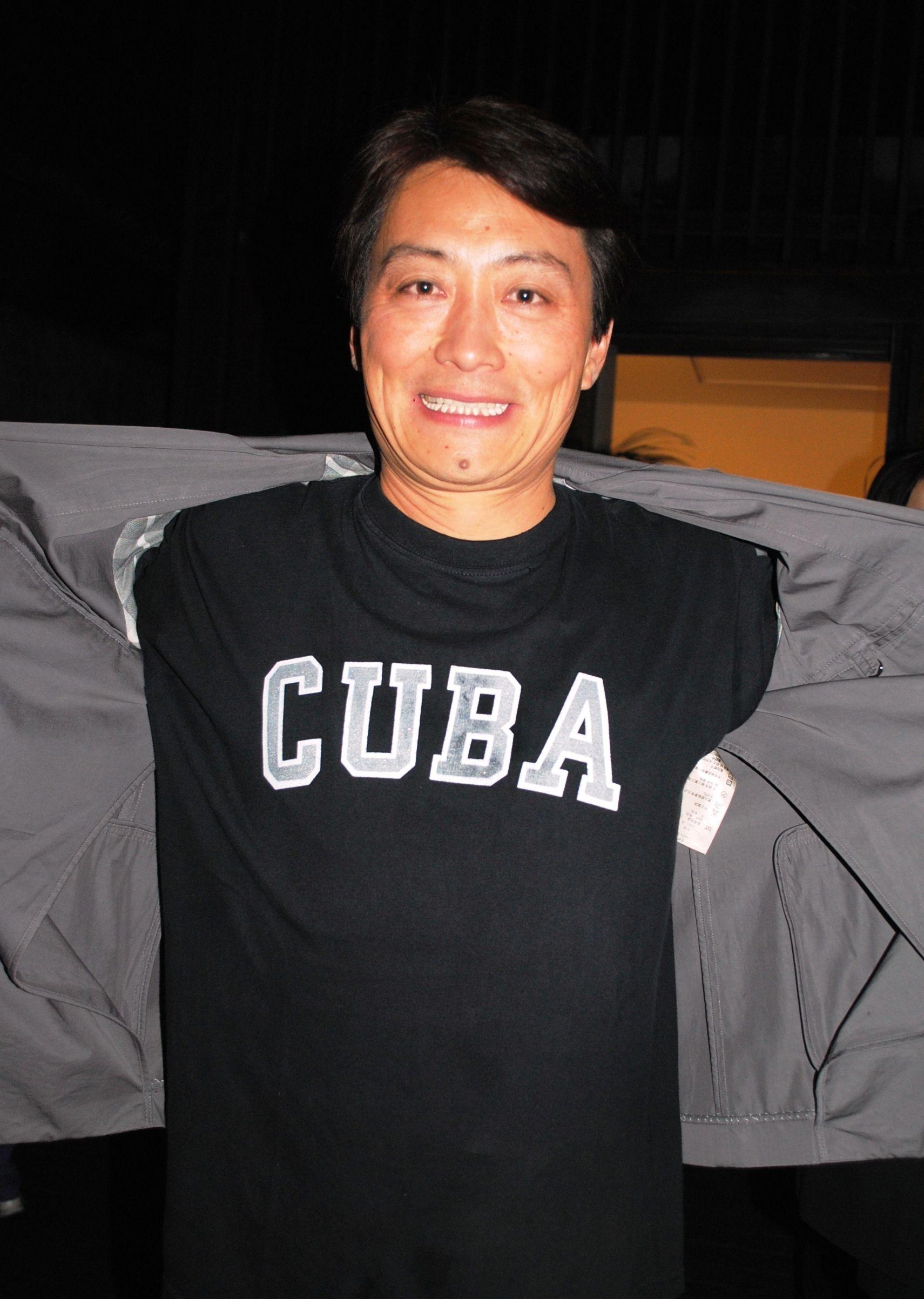 El galerista chino Cheng Xindong confiesa que las artes visuales contemporáneas de Cuba le han generado una especie de adicción por la Isla. Hoy no se mueve sin un Cohíba o Monte Cristo entre los labios.