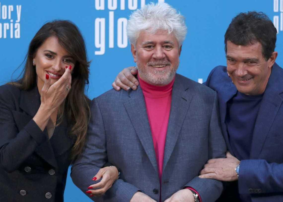 """El cineasta español Pedro Almodóvar (c), junto a los actores Penélope Cruz y Antonio Banderas, protagonistas de su filme """"Dolor y Gloria"""". Foto: rtve.es"""