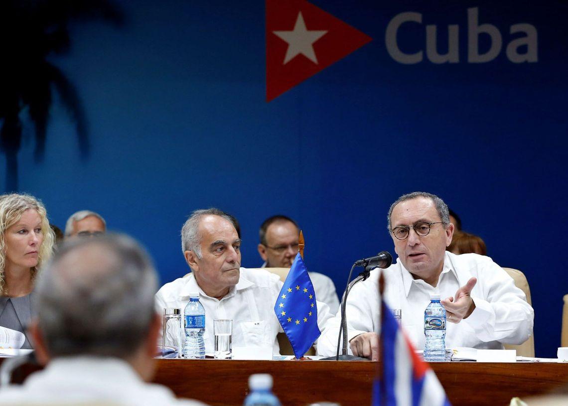 El director general de Cooperación Internacional y Desarrollo de la Comisión Europea, Stefano Manservisi (d) habla este martes 16 de abril del 2019, durante el primer diálogo sobre desarrollo sostenible Cuba-Unión Europea (UE) en La Habana. Foto: Ernesto Mastrascusa / EFE.