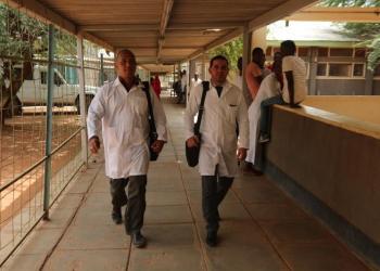 Los doctores cubanos Assel Herrera (izq) y Landy Rodríguez (der), secuestrados el 12 de abril en Kenia, presuntamente por militantes del grupo extremista Al Shabab. Foto: Archivo.