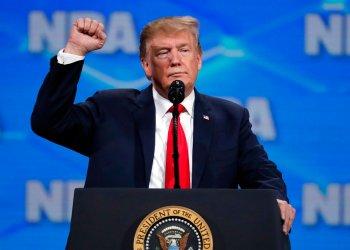 El presidente estadounidense Donald Trump habla en la convención anual de la Asociación Nacional del Rifle en Indianapolis el viernes, 26 de abril del 2018. Foto: Michael Conroy / AP.