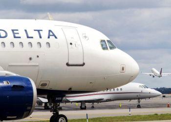 Dos vuelos de la compañía Delta Airlines repatriarán a estadounidenses varados en Cuba. Foto: Mary Altaffer / AP.