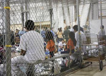 Foto proporcionada en 2018 por la Oficina de Aduanas y Protección Fronteriza muestra a migrantes detenidos en un cuarto alambrado de un centro de detención en McAllen, Texas. Foto: Oficina de Aduanas y Protección Fronteriza vía AP / Archivo.