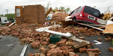 Una casa y una camioneta destruidas, ambas de Delores Anderson, en esta fotografía del viernes 19 de abril de 2019, tras el paso de un tornado en el condado de Franklin, Viriginia. Foto: Heather Rousseau/The Roanoke Times vía AP.