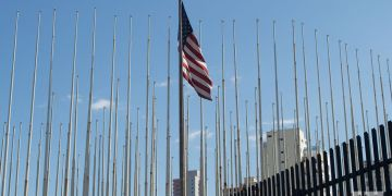 Bandera de Estados Unidos en la Embajada de ese país en La Habana. Foto: Otmaro Rodríguez.