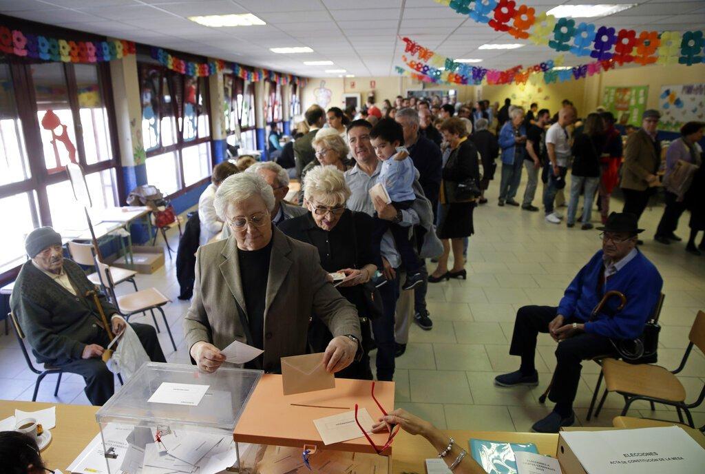 Un grupo de personas hace fila para votar en las elecciones generales españolas, en Madrid, el 28 de abril de 2019. Foto: Andrea Comas / AP.